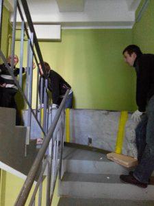 Погрузка стройматериалов по лестнице